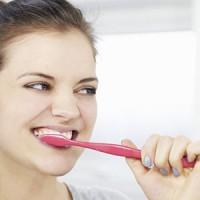 Răng nhạy cảm khi đánh răng quá mạnh